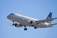 Vereinigtes Eil-Embraer ERJ-175LR N88301 lizenzfreie stockbilder