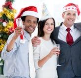 Vereinigtes Geschäftsteam, das Weihnachten feiert Lizenzfreies Stockbild