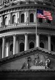 Vereinigtes Zustands-Kapitol-Gebäude mit Flagge Stockfotografie