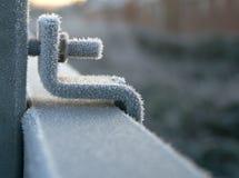 Vereiste Mutter und Schraube auf gefrorenem Geländer Lizenzfreies Stockbild