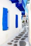 Verengen Sie Straße in Mykonos Stockfotos