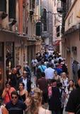 Verengen Sie Straße in Venedig Stockfotografie