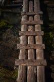 Verengen Sie und ruinierte kleine Holzbrücke in schwarzer Flussschlucht Lizenzfreies Stockbild
