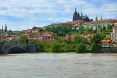 Verenigd water in Juni 2013 in Praag, Kasteel, Moldau, Vltava, Tsjechische Republiek Stock Afbeeldingen
