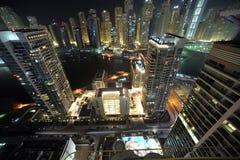 Verenigde Arabische Emiraten: De horizon van Doubai bij nacht Stock Afbeeldingen
