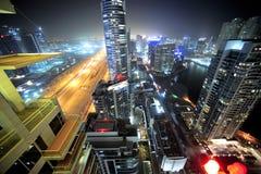 Verenigde Arabische emiraten: de horizon van Doubai bij nacht stock foto