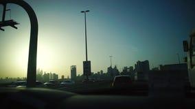 Verenigde Arabische Emiraten, Doubai - Oktober 2017: Mening van de auto op Doubai voorraad De route in stad Doubai Reis stock videobeelden