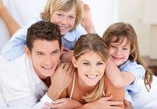 Verenigde familie waching televisie Stock Afbeeldingen