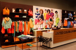 Verenigde Kleuren van Benetton-de opslag van vrouwenkleren Stock Foto's