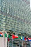 Verenigde Natie Bouw en Golvende Vlaggen Stock Fotografie