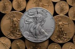 Verenigde Staten Zilveren Eagle Coin op bed van Amerikaans Gouden Eagles royalty-vrije stock fotografie