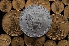 Verenigde Staten Zilveren Eagle Coin op bed van Amerikaans Gouden Eagles stock afbeelding