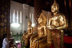 Verering van boeddhisme de Thaise volkeren op Boedha in Wat Naprameru-tempel Stock Foto