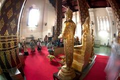Verering van boeddhisme de Thaise volkeren op Boedha in Wat Naprameru-tempel Stock Afbeelding