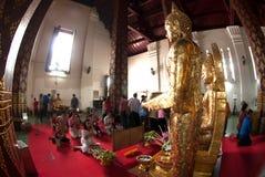 Verering van boeddhisme de Thaise volkeren op Boedha in Wat Naprameru-tempel Royalty-vrije Stock Afbeeldingen