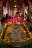 Verering van boeddhisme de Thaise volkeren op hoofdboedha in tempel Stock Afbeelding