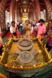 Verering van boeddhisme de Thaise volkeren op hoofdboedha in tempel dd Stock Foto
