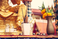 Verering van de goden en ter ere van de doden in Aziatische cultuur in Boeddhistische tempel stock foto's