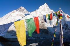 Verest com as bandeiras budistas da oração Imagem de Stock