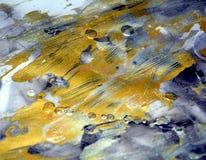 Verf donkere abstracte achtergrond in gouden tinten stock foto's