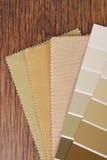 Verf en materiële kleur die voor binnenland kiezen Stock Foto's