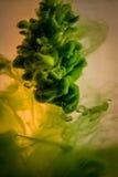 Verf in geel water, rood, kleurrijk, blauw, groen, Stock Foto