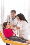 Verfahren der Blutgefangennahme für ein jugendlich Mädchen Lizenzfreies Stockfoto