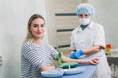 Verfahren der Blutgefangennahme von der Ader im Krankenhaus Lizenzfreie Stockbilder