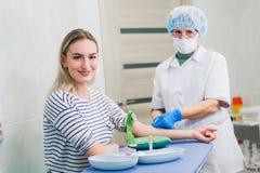 Verfahren der Blutgefangennahme von der Ader im Krankenhaus Stockfotos