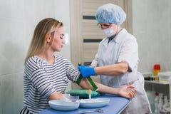 Verfahren der Blutgefangennahme von der Ader im Krankenhaus Lizenzfreies Stockbild