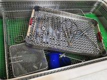 Verfahren zum Säubern von medizinische Ausrüstung mit Ultraschallmaschine in der zentralen sterilen Versorgungsabteilung stockbild