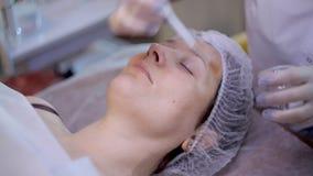 Verfahrensgesichtsverjüngung von Frauen im Salon stock video footage