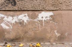 Verfallen außerhalb der Wand, spritzt braune Grundlage mit weißer Farbe lizenzfreie stockfotos