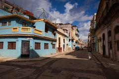 Verfallen und erneuerte Gebäude in alter Havana City, Kuba stockbild
