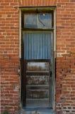 Verfallender Eingang des Backsteinbaus in der Geisterstadt Bodie, CA stockbild