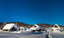 Verfallene Hütte im Winter Stockbild