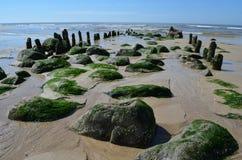 Verfallene Leiste auf dem Strand von einer Insel Stockfotos