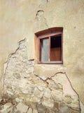 Verfallene Wand eines alten Hauses mit einem Fenster lizenzfreie stockfotografie