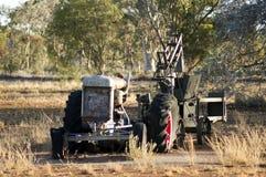 Verfallener Traktor und landwirtschaftliche Maschinen stockfotografie
