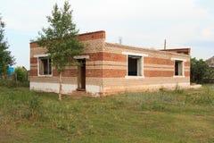 Verfallenes Bauernhaus von rote Backsteine stockfotos