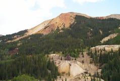 Verfallenes Bergwerk am roten Gebirgspass, Colorado stockfotografie