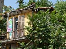 Verfallenes Treetophaus in Saloniki, Griechenland lizenzfreie stockfotos
