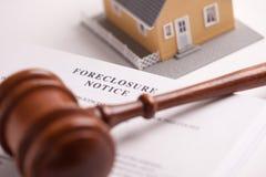 Verfallserklärung-Begriff, Hammer und Haus lizenzfreies stockbild