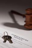 Verfallserklärung-Begriff, Hammer und Haus-Tasten lizenzfreies stockbild