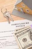 Verfallserklärung-Begriff, Haus, Haus-Tasten und Geld lizenzfreie stockfotografie