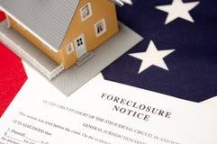 Verfallserklärung-Begriff, Haus und Markierungsfahne lizenzfreies stockfoto