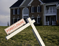 Verfallserklärung-Zeichen durch Haus Stockbild