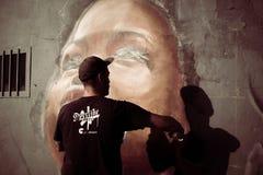 Verfasser bei der Arbeit mit Spraydosen am Overline-Stau-Hip-Hop-Ereignis Stockbild