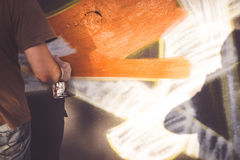 Verfasser bei der Arbeit mit Spraydosen am Overline-Stau-Hip-Hop-Ereignis Lizenzfreies Stockfoto