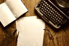 Verfasserdesktop mit der Schreibmaschine Retro- Lizenzfreie Stockbilder